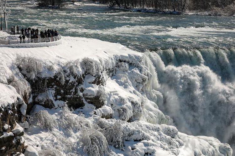 Pemandangan Air Terjun Niagara di New York, Amerika Serikat yang membeku (dok. REUTERS/Lindsay DeDario).