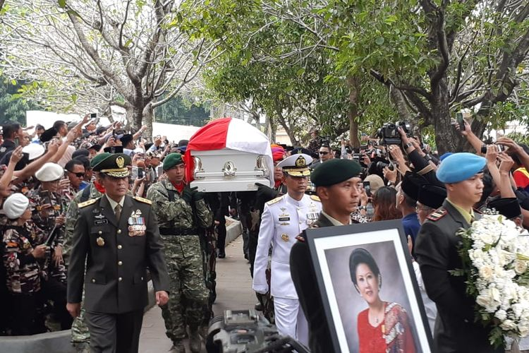Jenazah Ani Yudhoyono memasuki area pemakamam di Taman Makam Pahlawan, Kalibata, Jakarta, Minggu (2/5/2019).
