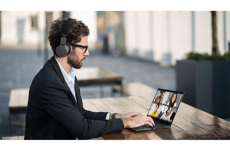 Ilustrasi kegiatan bekerja dan saling terhubung dari rumah menggunakan teknologi dan internet