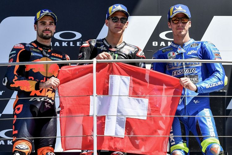 Para pebalap pengisi podium pada MotoGP Italia 2021, yakni Fabio Quartararo, Miguel Oliveira, dan Joan Mir. (Photo by Tiziana FABI / AFP)