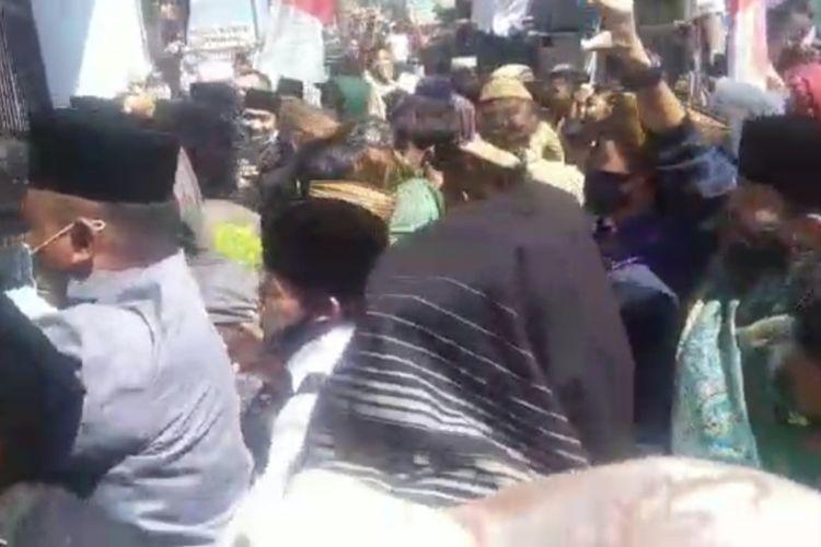 Foto sekelompok orang yang berunjukrasa membela Rizieq Shihab  berakhir rusuh., massa pedemo merusak mobil polisi dan melempari batu ke Kantor Kejaksaan Negeri Singaparna, Kabupaten Tasikmalaya, Senin (12/7/2021).