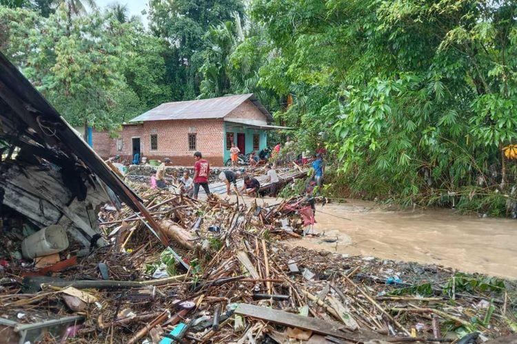 Kondisi banjir bandang yang melanda delapan kelurahan di kota Lubuk Linggau, Sumatera Selatan pada Minggu (26/9/2021). Saat ini kondisi air yang menyebabkan banjir di kota tersebut telah mulai surut.