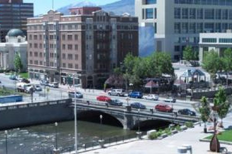 Jembatan bersejarah Virginia Street, Reno di Nevada, tempat banyak pasangan melemparkan cincin kawin mereka setelah bercerai di pengadilan.