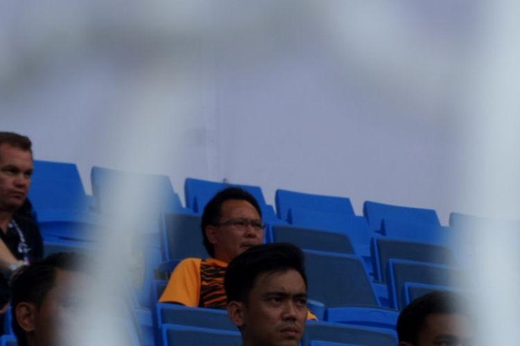 Pelatih timnas U-22 Malaysia, Ong Kim Swee (kaus oranye hitam), mengamati laga antara Indonesia kontra Kamboja pada laga kelima Grup B SEA Games 2017 di Stadion Shah Alam, Selangor, Kamis (24/8/2017) petang.
