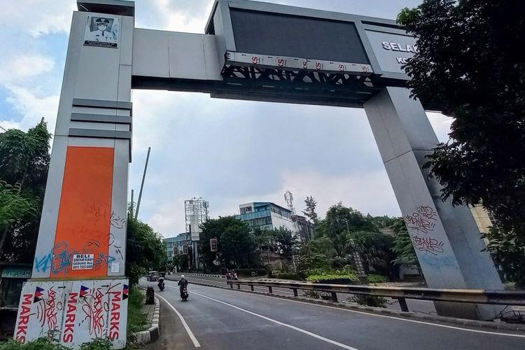 Gapura batas wilayah DKI Jakarta - Tangerang Selatan, Banten dibiarkan tak terawat.
