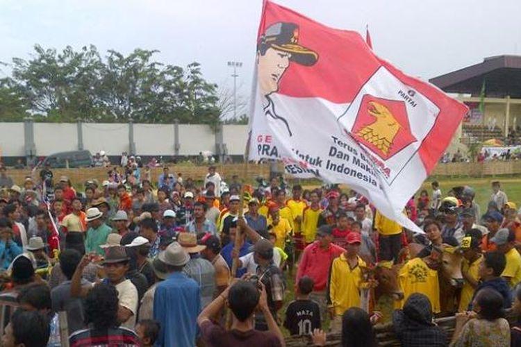 Bendera Partai Gerindra berkibar di tengah-tengah lapangan Karapan Sapi RP Moh Noer menjelang penyerahan Piala Prabowo - Hatta, Senin (9/6/2014)
