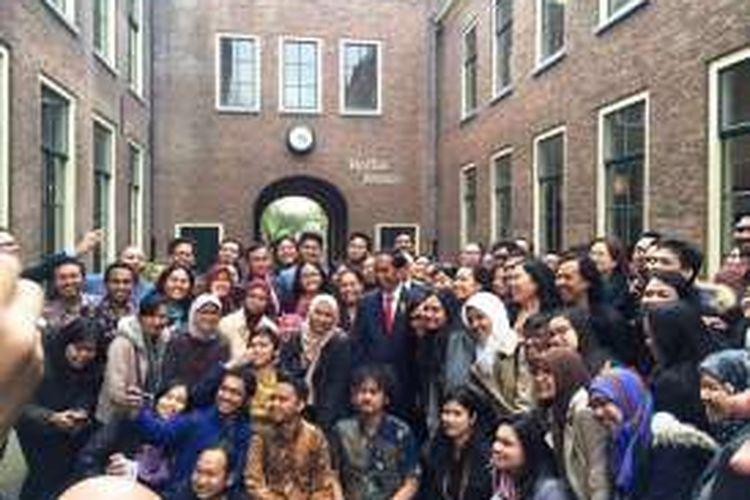 Presiden Jokowi dalam kunjungannya ke Leiden, berfoto bersama mahasiswa Indonesia.