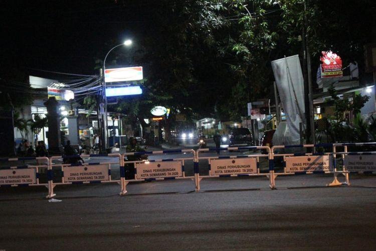 Penutupan ruas jalan di simpang Sampangan, Semarang.