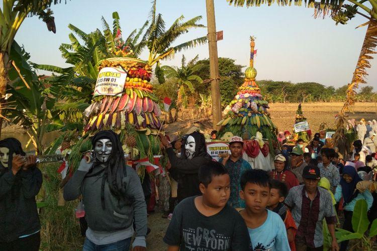 Kamis (27/9/2018), Desa Karangrowo, Kabupaten Kudus, Jawa Tengah, menggelar kirab gunungan dan pusaka dalam rangka memperingati khaulnya Ki Ageng Sipah Darmowinoto. Leluhur yang menjadi cikal bakal munculnya nama Desa Karangrowo.