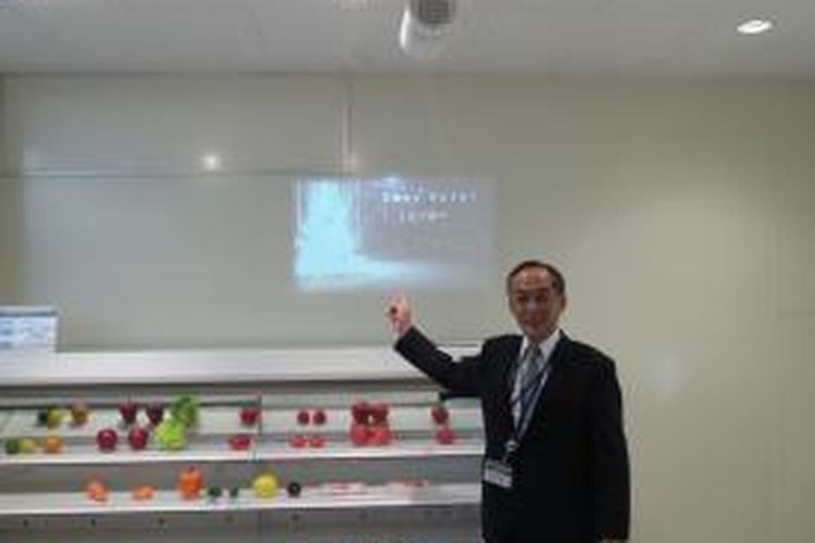 Yuji Toshimitsu dari Panasonic menerangkan cara kreatif memanfaatkan proyektor sebagai alat marketing
