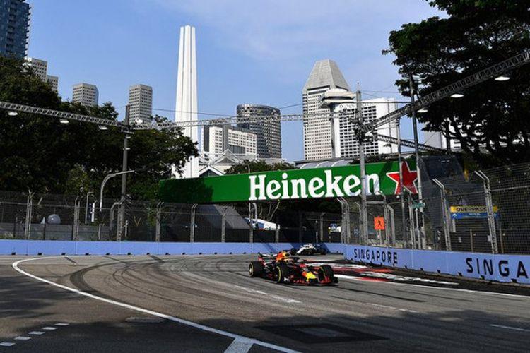 Pebalap Red Bull Racing, Daniel Ricciardo, memimpin catatan waktu lap pada sesi latihan bebas 1 GP Singapura di Sirkuit Marina Bay, Jumat (14/9/2018).
