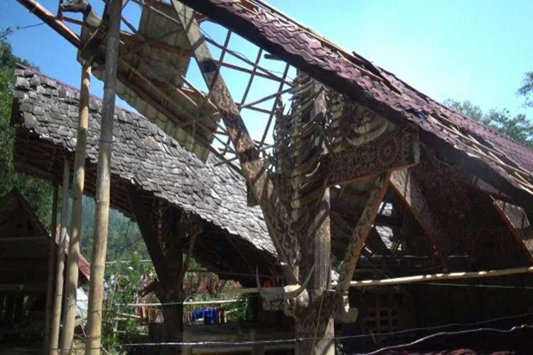 Bangunan rumah warga desa di Mamasa, Sulbar, yang porak poranda akibat puting beliung yang melanda wilayah ini selama tiga hari hingga Kamis (24/10/2019).