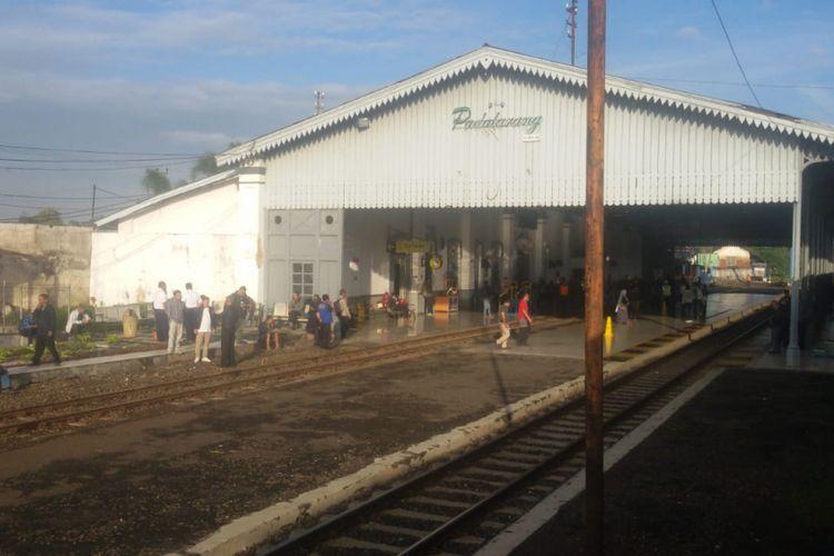 Para penumpang KA Argo Parahyangan memilih keluar kereta saat tertahan akibat kereta perawatan yang anjlok antara Stasiun Cilame-Padalarang.