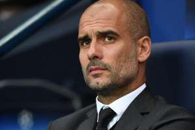 Manajer Manchester City, Josep Guardiola, tengah menyaksikan timnya bertanding melawan Steaua Bucharest, di Stadion Etihad, pada 24 Agustus 2016.