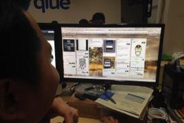 Salah satu staf Qlue memantau aktivitas yang terjadi di sosial media Qlue, Selasa (11/8/2015).
