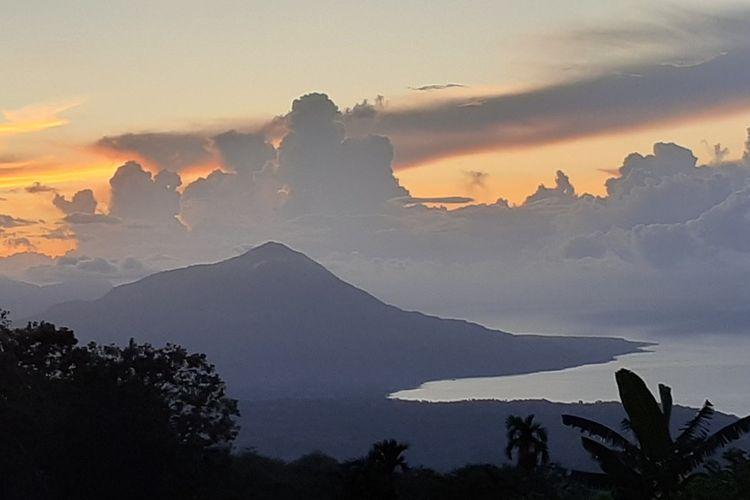 Sinar matahari berada diatas bukit gunung Poco Ndeki saat matahari terbit dari Timur di wilayah selatan dari Kabupaten Manggarai Timur, NTT, (14/3/2020). (KOMPAS.com/MARKUS MAKUR)  Kedua, matahari terbenam di bagian barat yang disaksikan dari Pantai Nangalanang, Desa Bea Ngencung, Kecamatan Ranamese, Kabupaten Manggarai Timur, NTT, Sabtu, (14/3/2020). (KOMPAS.com/MARKUS MAKUR)