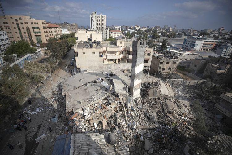 Foto yang menunjukkan sisa-sisa bangunan enam lantai yang dihancurkan oleh serangan udara Israel dini hari, di Kota Gaza, Selasa (18/5/2021). Israel melakukan gelombang serangan udara terhadap apa yang dikatakannya sebagai sasaran militan di Gaza, meratakan gedung enam lantai di pusat kota Gaza City. Sementara itu milisi Palestina menembakkan puluhan roket ke Israel Selasa pagi, yang terbaru dalam perang keempat antara kedua belah pihak yang sekarang memasuki minggu kedua.
