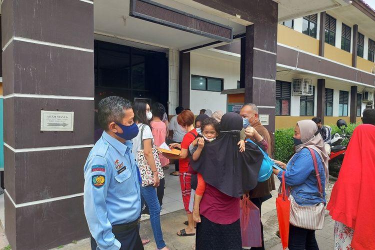 Suasana di SMAN 2 Tangerang, Kecamatan Tangerang, Kota Tangerang, pada saat penerimaan peserta didik baru (PPDB) jalur zonasi hari ketiga, Rabu (23/6/2021).