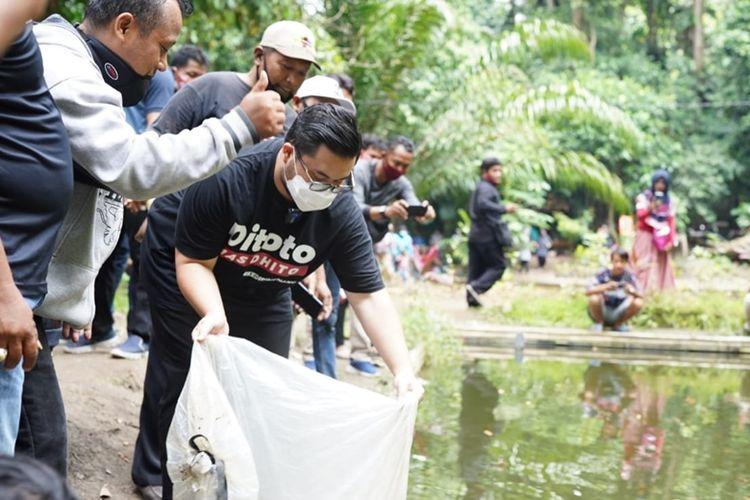Bupati Kediri Hanindhito Himawan Pramana saat berada di salah satu obyek wisata di Kabupaten Kediri.