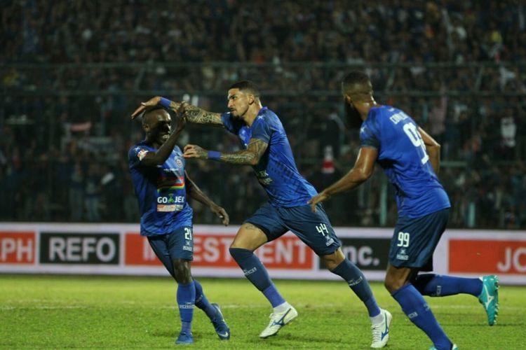 Selebrasi bek Arema FC, Arthur Cunha, seusai membobol gawang Persib Bandung di Stadion Kanjuruhan, Selasa (30/7/2019).