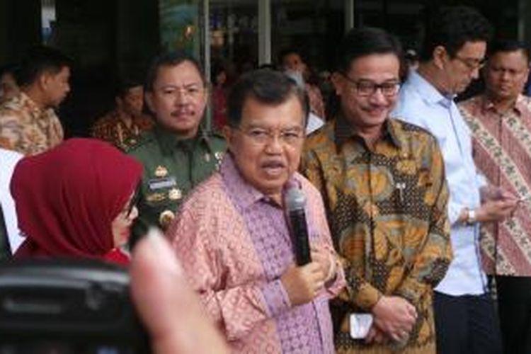 Wakil Presiden Jusuf Kalla meninggalkan Rumah Sakit Cipto Mangungkusumo Jakarta, Kamis (10/9/2015) setelah sempat semalam dirawat di rumah sakit tersebut.