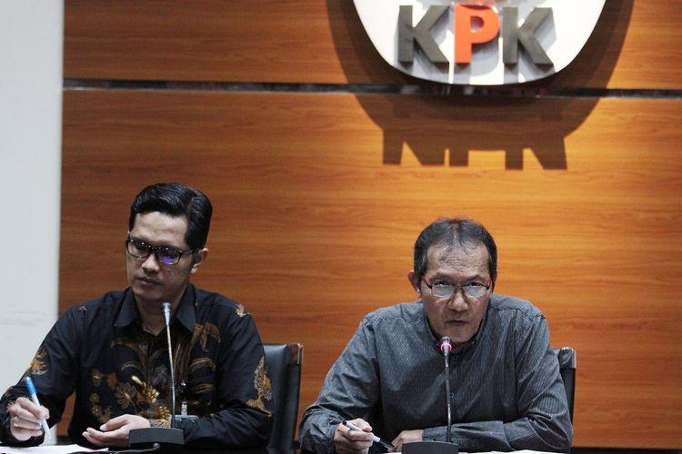 Wakil Ketua Komisi Pemberantasan Koruspi (KPK) Saut Situmorang (kanan) didampingi Juru Bicara KPK Febriadiansyah (kiri) menyampaikan keterangan pers terkait pengembangan kasus dugaan korupsi KTP Elektronik di Gedung Merah Putih KPK, Jakarta, Selasa (13/8/2019). KPK dalam pengembangannya telah menetapkan empat tersangka baru yakni MSH, ISE, HSF dan PLS sehingga sampai saat ini KPK telah memproses 14 orang dalam perkara dugaan korupsi pengadaan KTP Elektronik.   ANTARA FOTO/Reno Esnir/hp.