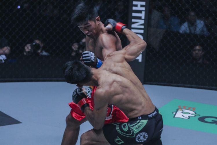 Petarung ONE Championship asal Filipina, Geje Eustaquio, saat tampil dalam sebuah laga. Ia akan bertarung melawan Kairat Akhmetov pada partai utama ONE: Total Victory di Jakarta Convention Center, 16 September 2017.