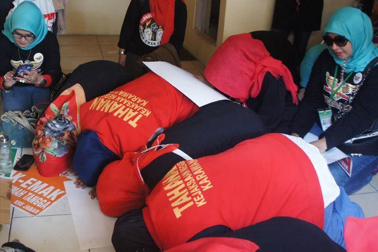 Bersama para simpatisan, emak-emak Pepes Karawang sujud syukur usai divonis enam bulan penjara di Pengadilan Negeri (PN) Karawang, Selasa (30/7/2019).