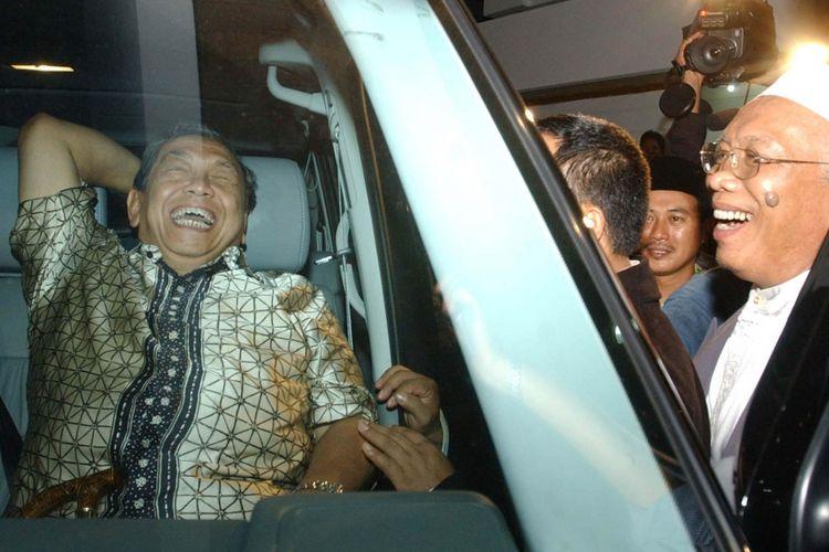 Mantan Presiden Abdurrahman Wahid, Kamis (27/6), menghadiri selamatan penempatan rumah yang diadakan Wakil Ketua Majelis Permusyawaratan Rakyat (MPR) KH Cholil Bisri di Jalan Kemanggisan Ilir 2B, Slipi, Jakarta.