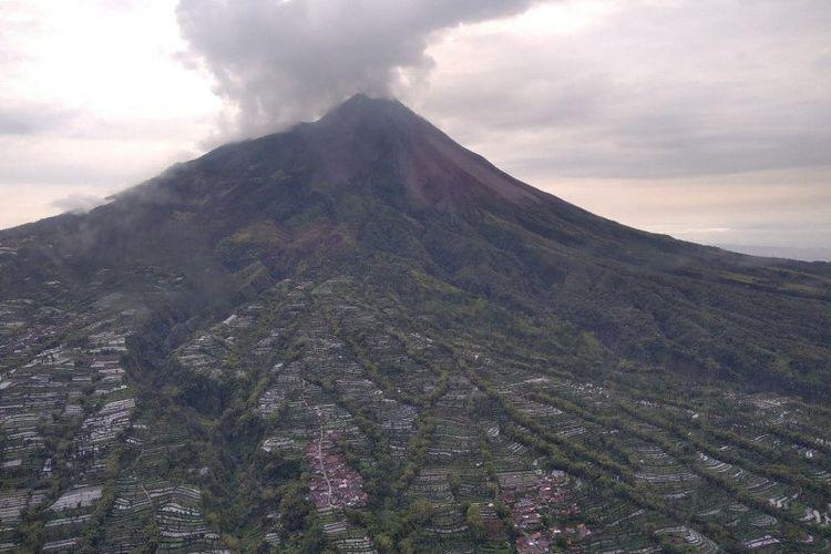 Foto udara kondisi puncak Gunung Merapi.
