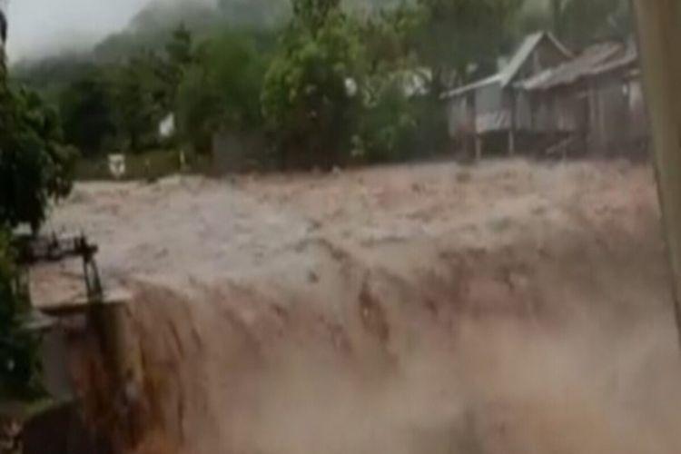 Banjir luapan sungai merendam ratusan rumah warga di Kabupaten Dompu setelah diguyur hujan lebat sejak Kamis (01/04/2021) malam hingga Jumat (02/04) siang