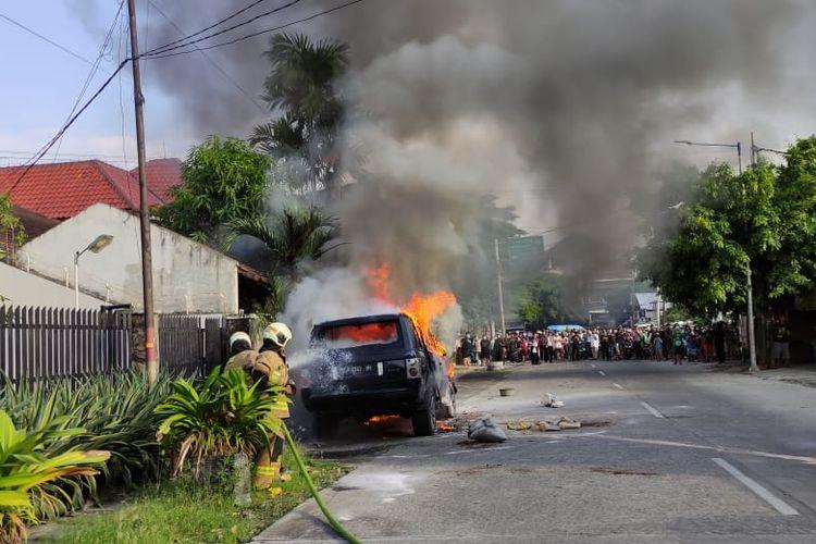 Mobil Range Rover terbakar di Jalan Rawamangun Muka Timur, RT 03/12 Kelurahan Rawamangun, Kecamatan Pulogadung, Jakarta Timur, Selasa (18/5/2021).