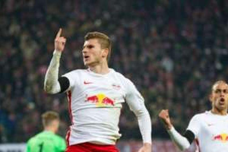 Pemain RB Leipzig, Timo Werner, merayakan gol ke gawang Schalke pada lanjutan Bundesliga, Sabtu (3/12/2016).