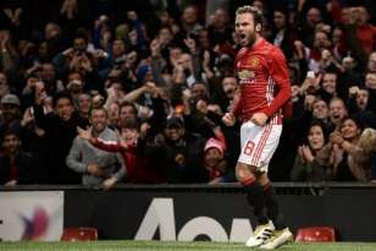 Gelandang Manchester United, Juan Mata, meluapkan kegembiraannya seusai mencetak gol ke gawang Manchester City pada Piala Liga di Old Trafford, Rabu (26/10/2016).