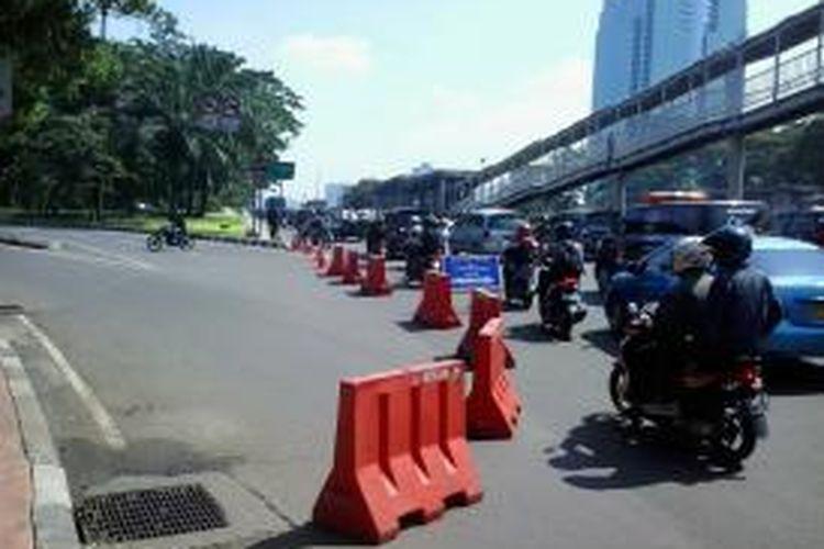 Pengalihan arus lalu lintas dari arah Jalan Gatot Subroto menuju Jalan Jendral Sudirman akibat meledaknya pipa gas di depan Mapolda Metro Jaya Rabu (16/7/2014) malam