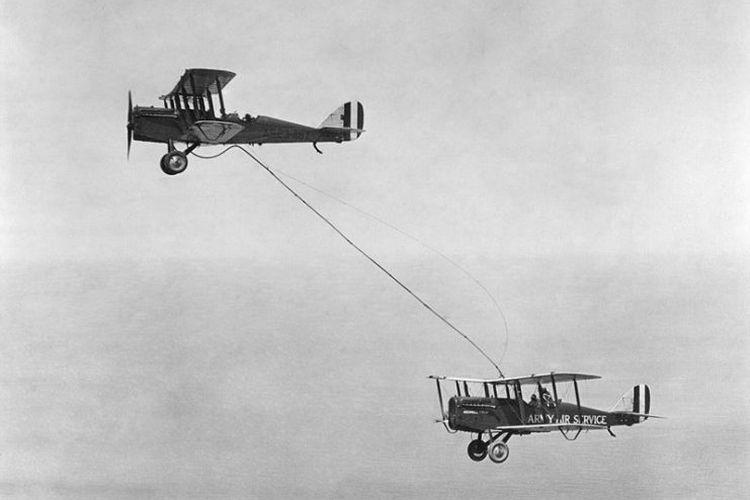 Pengisian bahan bakar pesawat pertama di udara pada 25 Juni 1923