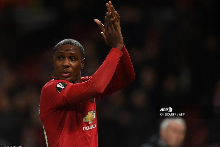 Striker Manchester United, Odion Ighalo, memberi tepuk tangan seusai laga leg kedua babak 32 besar Liga Europa kontra Club Brugge berakhir di Stadion Old Trafford, Manchester, pada Jumat (28/2/2020) dini hari WIB.