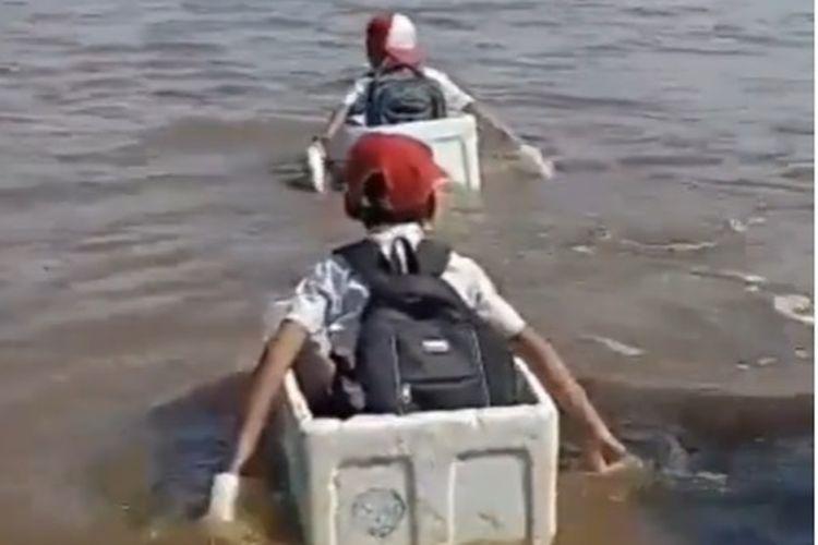 Viral di media sosial sebuah video yang memperlihatkan tiga bosah SD menyeberangi sungai dengan menggunakan sebuah kotak busa.