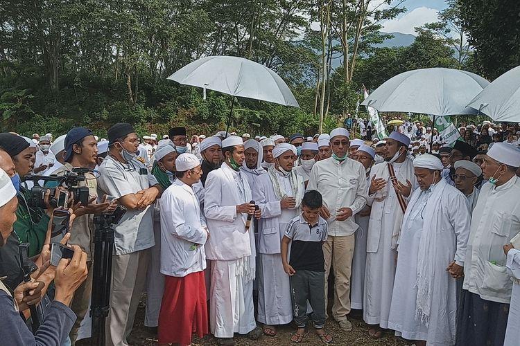 Kawasan Puncak Bogor Jawa Barat dipadati jemaah simpatisan dari Front Pembela Islam (FPI) dalam menyambut kedatangan Rizieq Syihab pada Jumat (13/11/2020).(KOMPAS.COM/AFDHALUL IKHSAN)