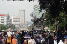 Meski Dilarang, Massa Tetap Berkumpul di Sekitar Gedung MK