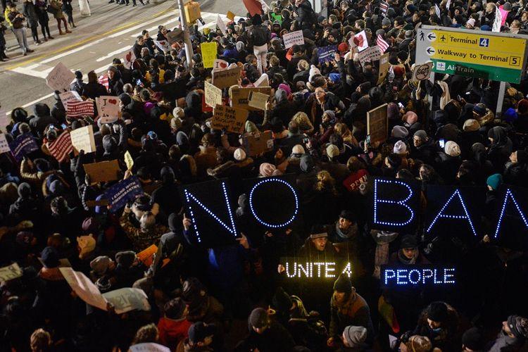 Aksi protes massal menentang larangan imigran Muslim di  Bandara John F Kennedy, New York, pada 28 Januari 2017.