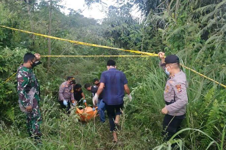 Polisi mengevakuasi mayat tanpa identitas di kawasan wisata Gunung Salak, Kecamatan Nisam, Kabupaten Aceh Utara, Minggu (6/6/2021)