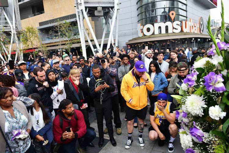 Warga berkumpul di sebuah memorial mantan pemain NBA Kobe Bryant di LA Live plaza di depan Staples Center Los Angeles pada 26 Januari 2020.