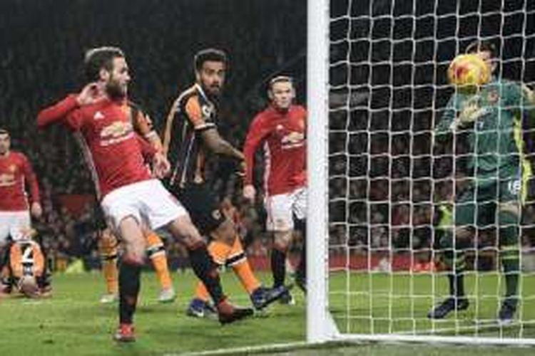 Gelandang Manchester United, Juan Mata, mencetak gol ke gawang Hull City pada semifinal pertama Piala Liga di Stadion Old Trafford, Selasa (10/1/2017).