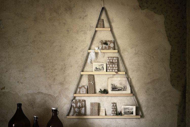 Contoh dekorasi dinding fungsional untuk merayakan momen Natal.