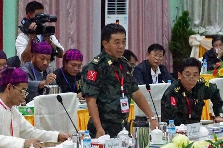 Jenderal Gwan Maw (tengah) dari Tentara Pembebasan Kachin (KIA) berbicara dalam pertemuan dengan perwakilan pemerintah Myanmar dan Organisasi Pembebasan Kachin (KIO) di Myitkyina di negara bagian Kachin. Dalam pembicaraan ini sejumlah kesepakatan awal bisa dicapai.