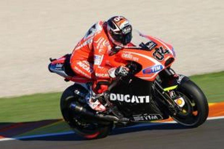 Pebalap Ducati, Andrea Dovizioso mengendarai Desmosedici pada sesi uji coba di Valencia, Spanyol, Rabu (13/11/2013).