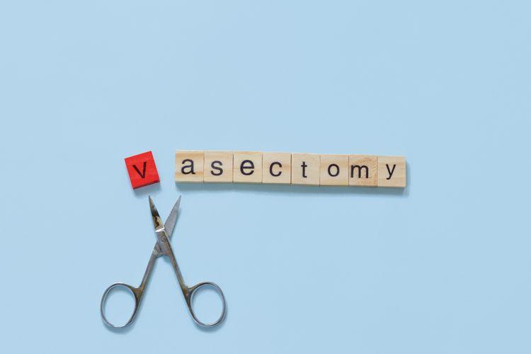 Pada pria, KB permanen disebut sebagai vasektomi. Sementara itu, pada wanita, jenis KB ini dikenal dengan istilah tubektomi.