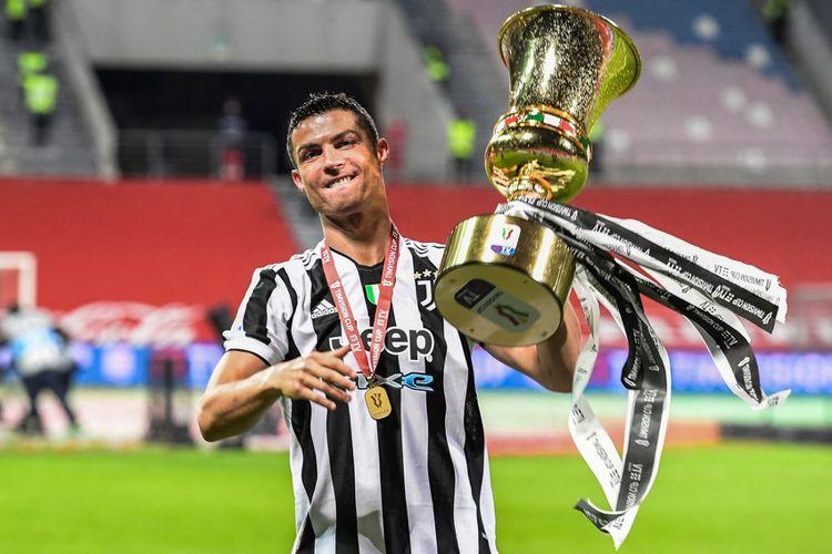 Bomber Juventus Cristiano Ronaldo mengangkat trofi Coppa Italia. Juventus juara Coppa Italia setelah menang 2-1 atas Atalanta pada laga final yang berlangsung di Stadion Mapei, 19 Mei 2021.