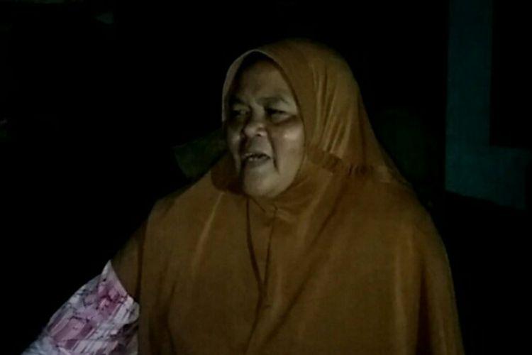 Aci (50), salah satu korban banjir bandang Lebak, Banten menceritakan bencana yang menghilangkan rumah saat hujan deras mengguyur wilayahnya pada Rabu (1/1/2020) lalu. Daerah terisolir membuatnya bergantung hidup dari bantuan para relawan.